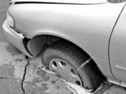 Что делать, если попал в яму на дороге; на кого обращаться в суд если повредил авто или колесо