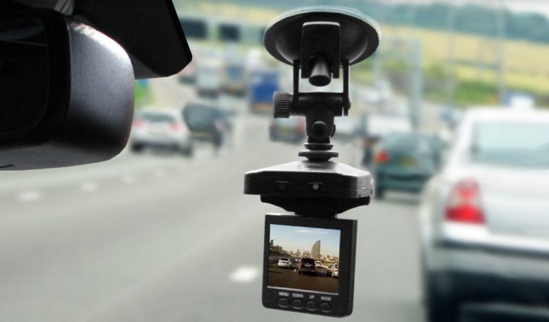 Избежать неприятностей поможет установленный в машине видеорегистратор - с помощью записи легко установить номер того, кто покинул аварию