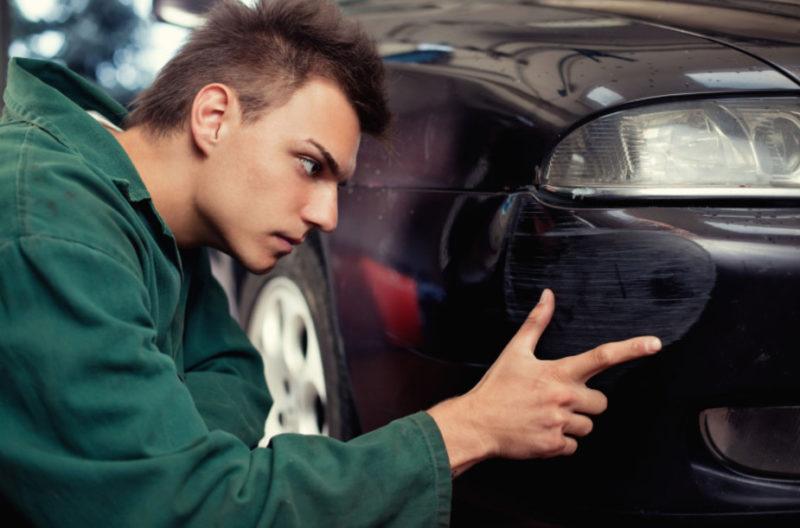Оставляя автомобиль на парковке, будьте готовы к неприятным сюрпризам в виде царапин и отсутствия виновника