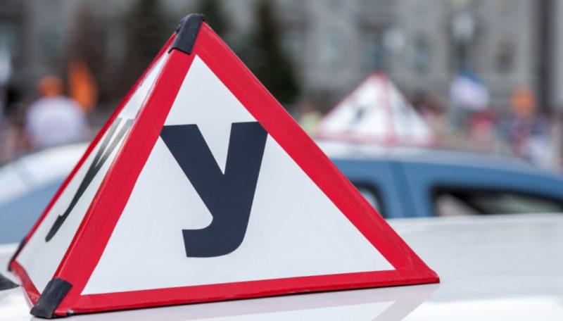 После переоборудования машины и оформления в ГИБДД стоит купить и установить знаки «Ученик» на свое авто