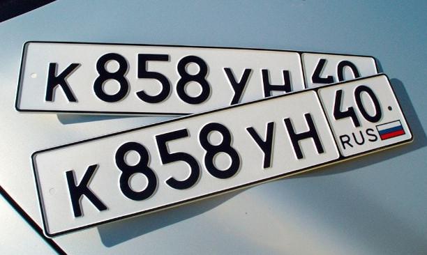 Если при продаже авто, продавец хочет оставить свои номера, потребуется оплатить госпошлину в размере 2000 рублей и написать заявление в ГИБДД