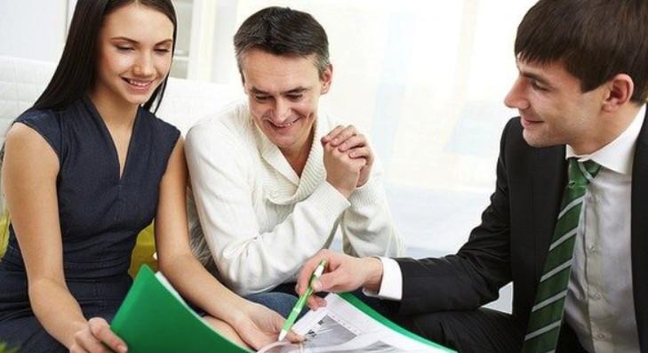 Для получения автокредита в молодом возрасте потребуется привлечь поручителей, со стабильным доходом, например родителей